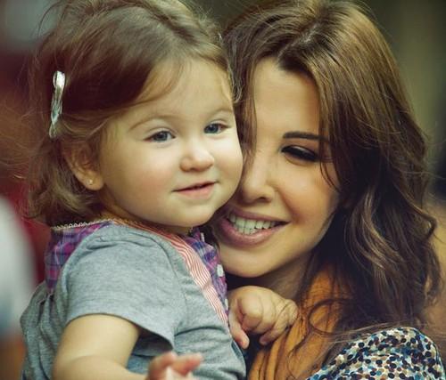 Nancy-Ajram-with-Her-daughter-mila